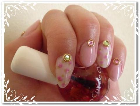 白の小花×ピンクのネイル